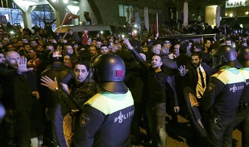 Cảnh sát và người biểu tình phía ngoài lãnh sự quán Thổ Nhĩ Kỳ ở Rotterdam, Hà Lan, ngày 11/3. Ảnh: Reuters.