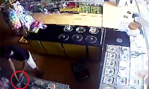 Thanh niên trộm điện thoại đang sạc pin