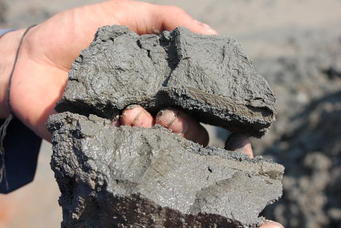 Bể chứa hàng nghìn m3 bùn thải quặng có dấu hiệu đắp bằng đất