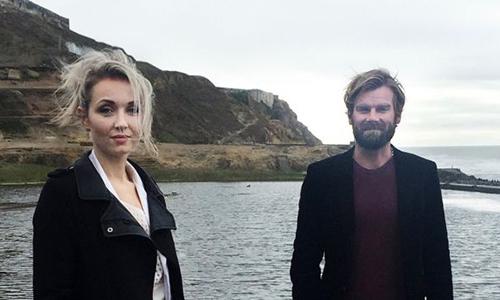 Thordis Elva, người Iceland, và Tom Stranger,