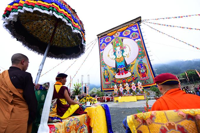 Đức Gyalwang Drukpa tặng tranh Phật khổng lồ cho Việt Nam