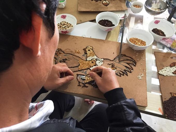 Thầy giáo gần 20 năm sáng tác tranh gạo