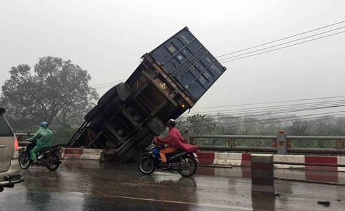 gap-2-xe-va-cham-container-mat-lai-treo-tren-lan-can-cau-o-ha-noi-1