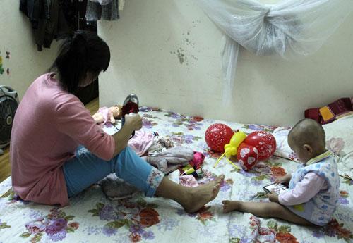 Mưa ẩm kéo dài khiến chị Thanh mỗi tối phải mất cả tiếng đồng hồ hong khô quần áo. Ảnh: Phan Dương.