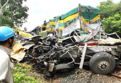 Ô tô tải biến dạng sau khi bị tàu hỏa tông. Ảnh: Long Vương
