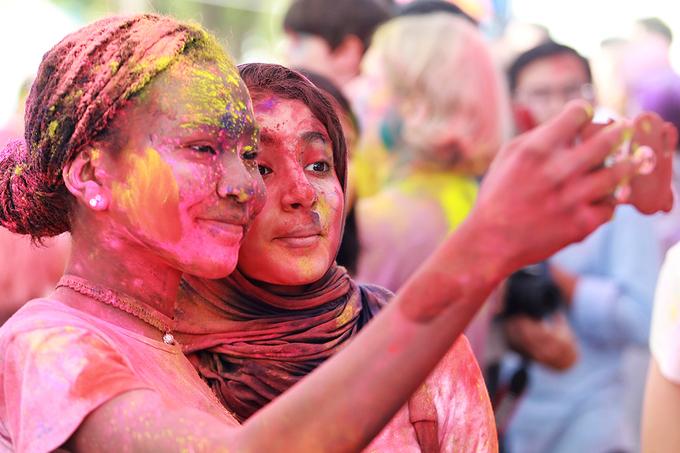 Rực rỡ sắc màu lễ hội ném bột tại Hà Nội