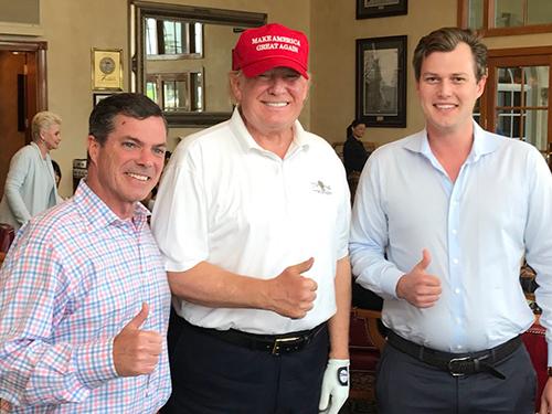Ông Trump chụp ảnh cùng hai người bạn tạiCâu lạc bộ Golf Quốc tế Trump