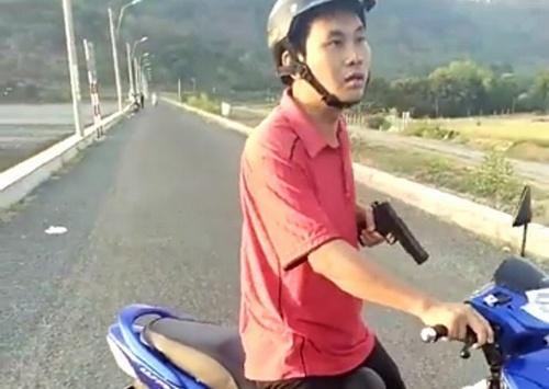 co-gai-ngoi-tren-xe-may-gao-khoc-khi-bi-ong-doan-ngoc-hai-xu-phat-4