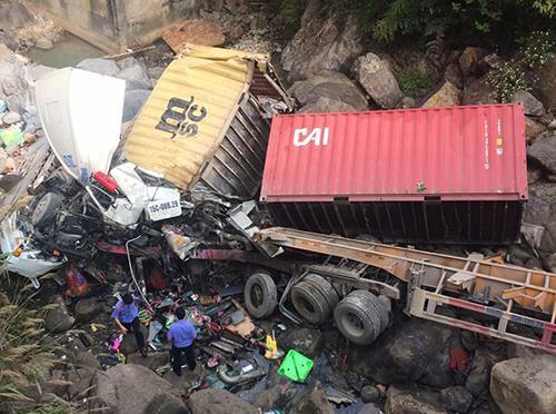 xe-container-lao-xuong-suoi-4-nguoi-bi-thuong-nang