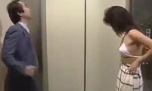 Mỹ nhân Nhật cởi đồ trong thang máy khiến chàng trai sập bẫy