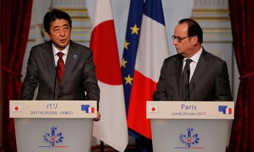 Thủ tướng Nhật Bản Shinzo Abe (trái) và Tổng thống Pháp Francois Hollande. Ảnh: Reuters