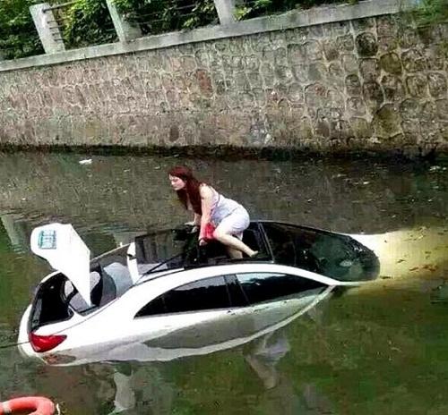 Khi ôtô tham gia giao thông đường thủy.