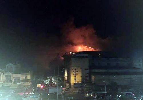 Đám cháy báo trùm hai dãy nhà công ty may. Ảnh: Cửu Long