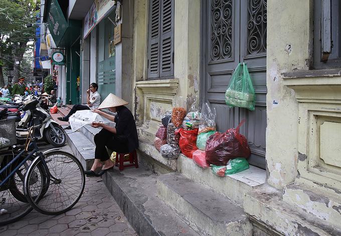 Bày hàng trên cây, trong hẻm thời dẹp vỉa hè ở Hà Nội