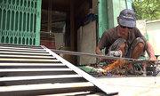 Thợ cơ khí đắt khách đặt bậc thềm di động ở Sài Gòn