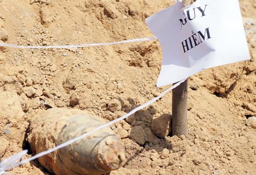 Qủa bom được phát hiện trong lúc đào móng. Ảnh: Nguyệt Triều