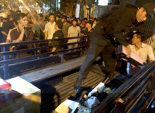 Trong số hung khí bị cảnh sát thu giữ có rất nhiều kiếm Nhật. Ảnh: P.X