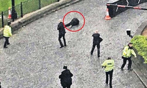 Masood gục xuống sau khi bị lực lượng vũ trang Anh bắn hạ. Ảnh: Sun