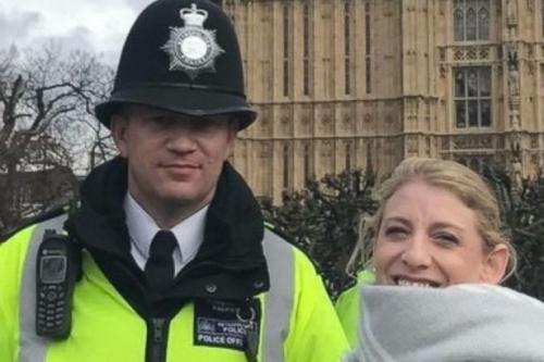 Keith Palmer, cảnh sát thiệt mạng trong vụ khủng bố chụp ảnh với du khách Mỹ Staci Martin bên ngoài quốc hội Anh.
