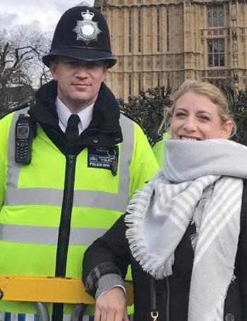 Sĩ quan Keith Palmer chụp ảnh với du khách không lâu trước khi bị đâm chết. Ảnh: AP