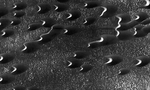 Những đụn cát trên bề mặt sao Hỏa. Ảnh: NASA