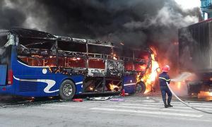 Hiện trường xe khách cháy trơ khung sau cú đâm container