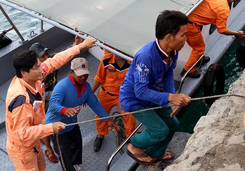 8 thuyền viên trên tàu cá được đưa về bờ, sau ngày lênh đênh trên biển. Ảnh: Xuân Ngọc