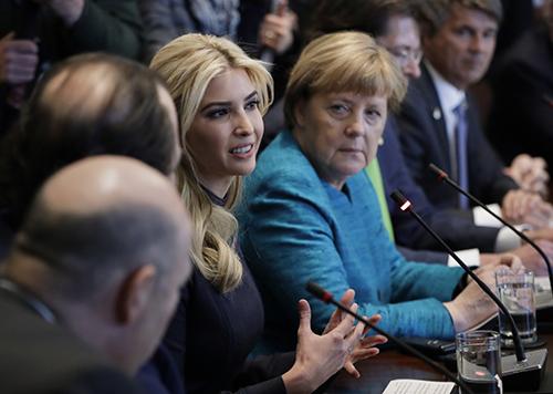 Ivanka ngồi cạnh Thủ tướng Merkel trong cuộc họpcủacác nhà lãnh đạo doanh nghiệp Đức và Mỹ hôm 17/3. Ảnh: AP