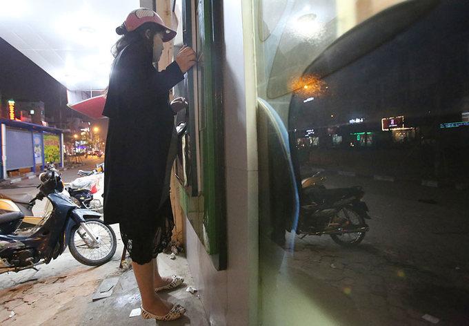 Bà bầu bám bục vỉa hè rút tiền ATM