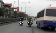 Môtô cảnh sát truy đuổi xe khách như phim hành động