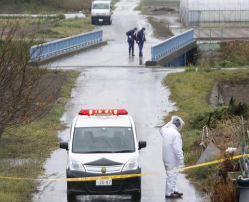 Các nhà điều tra tại hiện trường tìmnơi thi thể bé Linh được tìm thấy.