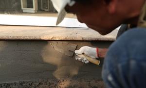 Thợ xây ở Hà Nội 'chạy sô' để vá vỉa hè