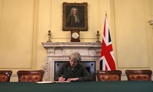 Thủ tướng Theresa May ký bức thư lịch sử kích hoạt quá trình rời Liên minh châu Âu. Ảnh: Reuters.