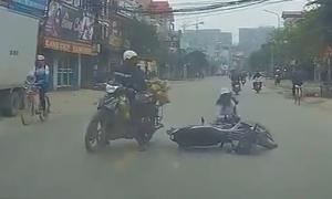 Đút tay vào áo ấm chạy xe máy, cô gái bị tông ngã