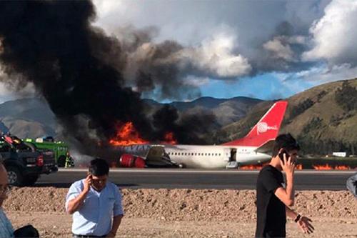 Máy bay của Peruvian Airlines bốc cháy dữ dội tạisân bay thủ phủ của tỉnh Jauja, Peru. Ảnh: Twitter