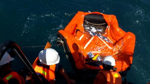 Hai thuyền viên may mắn sống sót nhờ phao bè cứu sinh. Ảnh: Duy Công