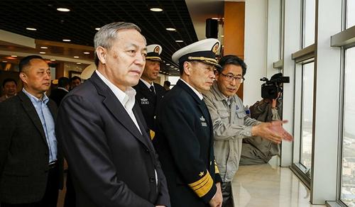 Ông Thẩm (giữa) trong chuyến thị sát công ty đóng tàu hôm 26/3. Ảnh: SCMP
