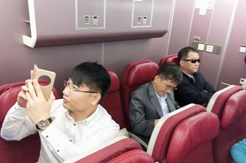 Người đàn ông được cho làHyon Kwang-song (đeo kính đen) vàKim Uk-il