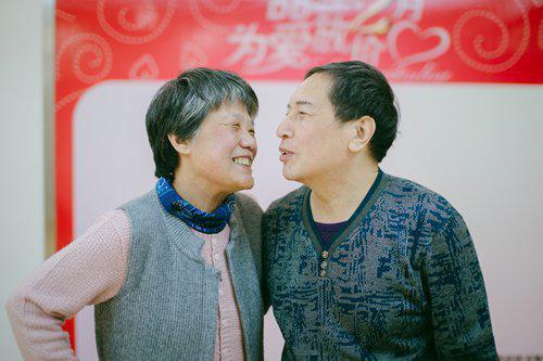 Xin Yue (phải) và vợ, bà Leng Rui. Ảnh: CFP