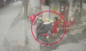 Người phụ nữ bị giật dây chuyền khi đứng nói chuyện bên đường