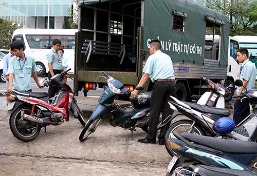 Nhiều xe máy đổ sai quy định dọc biển trên đường Trần Phú bị thu giữ. Ảnh: Xuân Ngọc