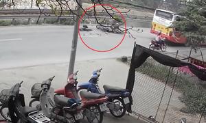 Va chạm với ôtô buýt, xe máy gây tai nạn liên hoàn