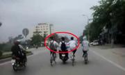 4 học sinh chạy xe làm xiếc trên đường