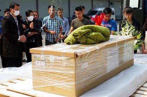 Thi thể béLinh được đưa về Hà Nội chiều nay. Ảnh chụp màn hình:NHK