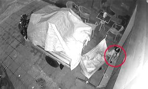 Người đàn ông bị trộm điện thoại vì ngủ say