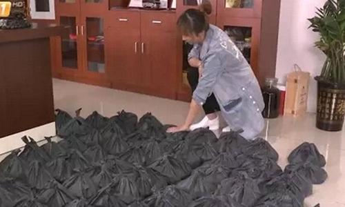 Số tiền xu nặng gần hai tấn ở nhà bà Tiêu, tỉnh Quảng Đông, Trung Quốc. Ảnh: Sina