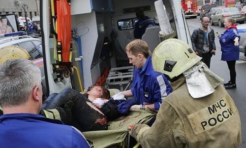 Người bị thương được đưa lên xe cấp cứu trong vụ đánh bom tàu điện ngầm ở Nga. Ảnh: RT