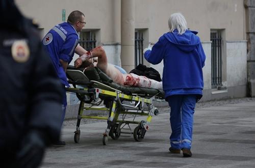 Một người bị thương trong vụ nổ trên tàu điện ngầm ở St Petersburg, Nga. Ảnh: Reuters.