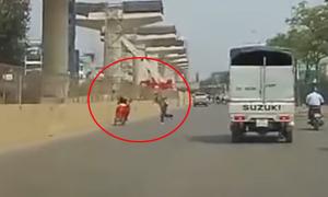 Quái xế chạy xe máy ngược chiều bị phang gậy