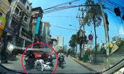 Người phụ nữ bị cướp đạp vào lưng vì giật lại túi xách